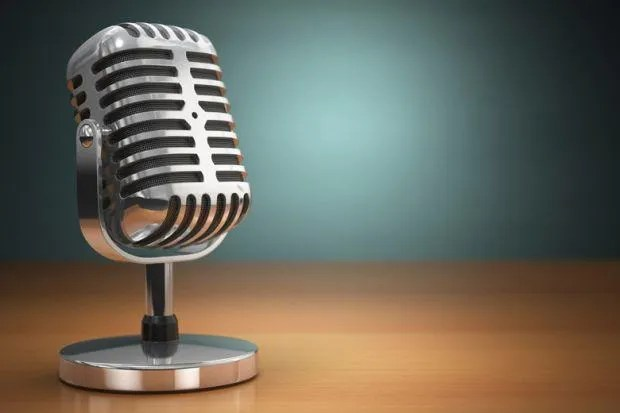 podcast-old-microphone-placed-on-office-desk