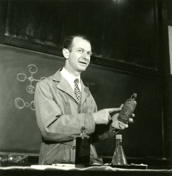 Linus Pauling in lecture, 1935.
