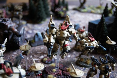 A Tau commander equipped with a Coldstar battlesuit.