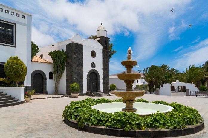 SCB Spain Convention Bureau. Lanzarote. Iglesia con fuente - San Bartolomé.