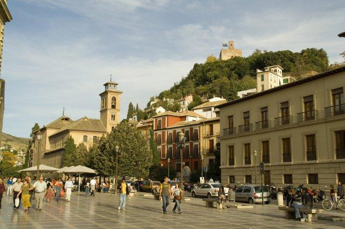 GRANADA. Plaza Nueva. Al fondo, Iglesia de San Gil y Santa Ana y Torre de la Vela.