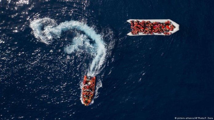 Refugees and migrants are rescued by members of the Spanish NGO Proactiva Open Arms after leaving Libya trying to reach European soil aboard an overcrowded rubber boat, north of the Libyan Coast. Picture taken Sunday May 6 2018 | Photo: Picture Alliance / AP Photo / Felipe Dana