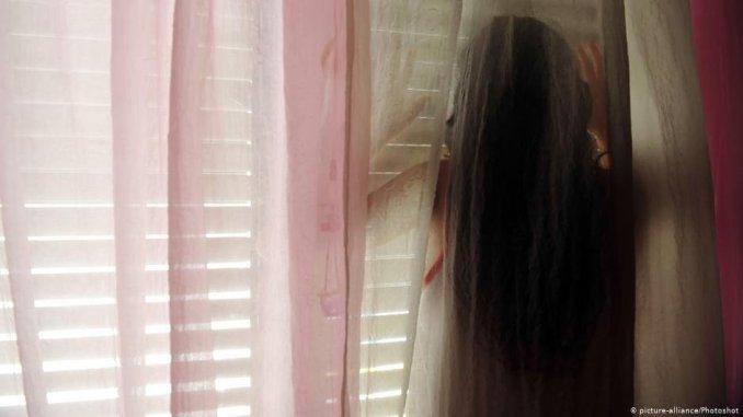 Cette jeune femme a t victime de violences conjugales  Photo  picture-alliancePhotoshot