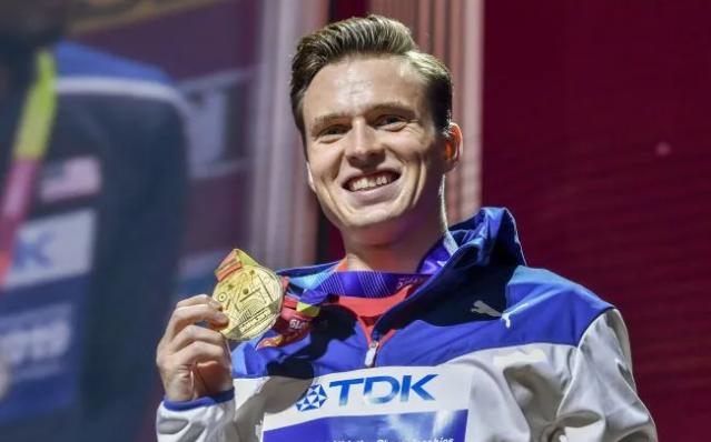 挪威選手沃霍爾姆奪得男子400米跨欄金牌並創45.94秒新世界紀錄