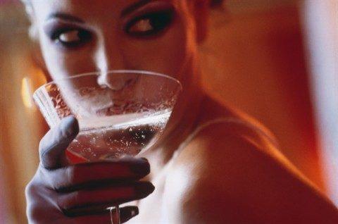 donna-beve-vino_600x398-480x318