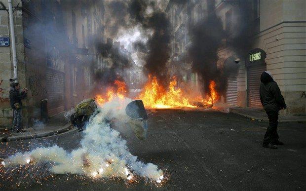 Nantes messa a ferro e fuoco da una rivolta, mentre in italia si discute di magliette