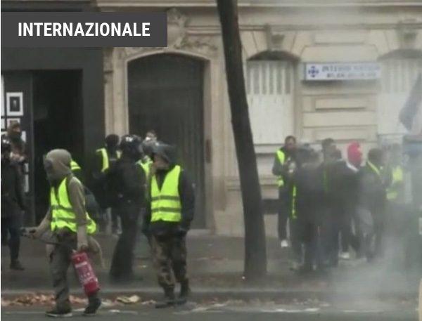 Francia, Gilet gialli: dilaga la violenza a Parigi GUERRIGLIA URBANA IN TUTTA LA CITTÀ CON DECINE DI FERITI E ARRESTI.