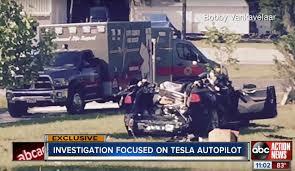 Guardate una Tesla che fa un incidente con l'autopilota, o che non ne fa