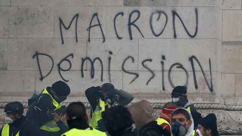 PROBLEMI A PARIGI: PROTESTE E DEBITI. I grandi successi di Napoleone Macron