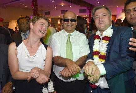 DIVERSITY NIGHT 2014 ED BALLS AND YVETTE COOPER AND KEITH VAZ(in sunglasses) Dancing PICTURE JEREMY SELWYN 23/09/2014