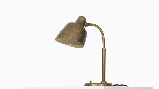 Table lamp in brass attributed to Vilhelm Lauritzen at Studio Schalling