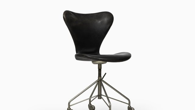 Arne Jacobsen office chair model 3117 at Studio Schalling