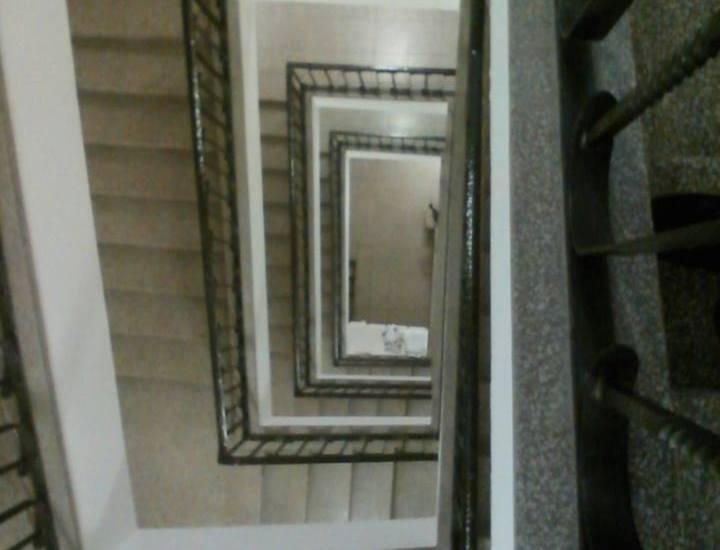 Treppenhaus runter.