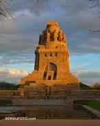 Das Völkerschlachtdenkmal im Oktoberabendlicht.