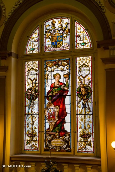 """Das Liebiegsche Hauptfenster zeigt eine Allegorie auf die Stadt unter dem Wahlspruch des Spenders """"Per Laborem Ad Honorem"""""""