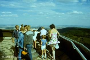 Auf dem Kyffhäuser Fernsehturm, mit Sicht zum Kyffhäuser-Denkmal.