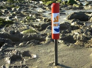 Sedimentmeter (NIOZ) heeft tot tegenaan het slib foto-electrische cellen. Het sedimenterend slik zal de cellen bedekken en een maat zijn voor de ophogende bodem.