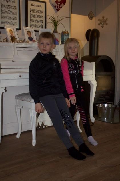 To dejlige børn i spritnyt ridetøj, der skal testes.