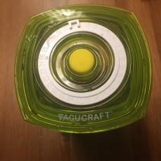 i en bøtte, hvor luften kan tages ud af, så pestoen er vacumpakket, holder den et godt stykke tid, hvis den ikke bliver spist først.