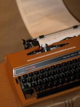 """Schreibmaschine mit Endlospapier zum Gedenkenaustausch über """"Können Menschen vollkommen selbstlos schenken?"""""""