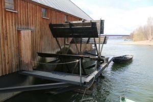 Schiffsmühle mit Wasserrad-Antrieb