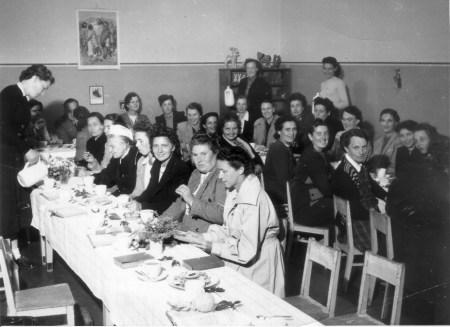 16 1952 Weihnachtsfeier in Düppel mit Mary Heilnerklein