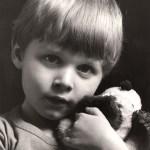 Jesper sidder model med Katrine i barndommen