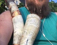"""Frigga og Fenja er meget forskellige og ligeledes er deres horn. Mens Friggas drikkehorn er lyst, slankt og fint er Fenjas drikkehorn større, lidt mørkere og da det blev færdigt var der også komme mere """"glimmer"""" på."""
