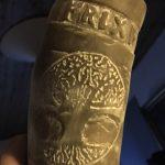 Friggas drikkehorn bærer et knytnævestort udskåret Ask Yggdrasil