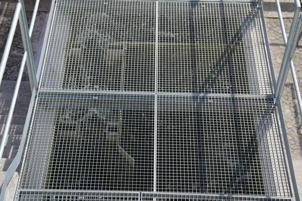 Der Kanal ist mit Gitterrosten geschützt und (leider nicht öffentlich) begehbar.