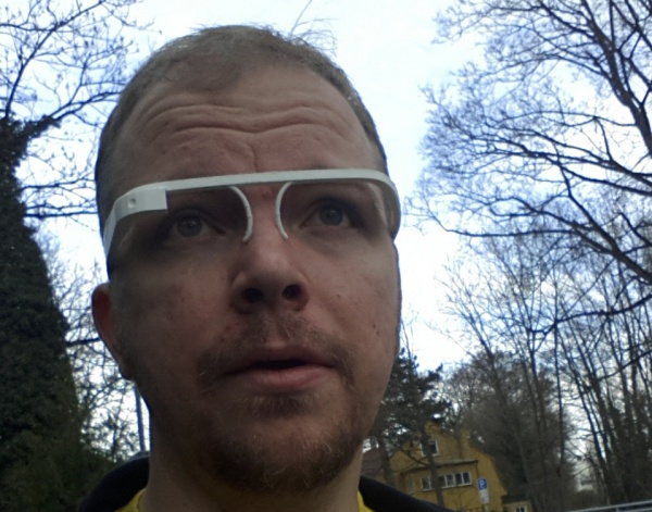 Nils Hitze mit Google Glass Attrappe aus dem 3 D Printer
