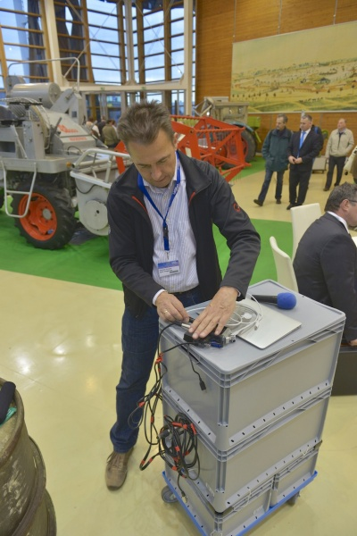 Hannes Schleeh mit mobilem Studio beim Einrichten auf der AGRITECHNICA Foto: Tobias Hoops