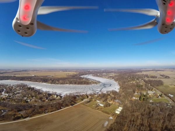 Aufnahme einer nach vorne fliegenden Drohne Foto: Brian Scott http://thefarmerslife.com/