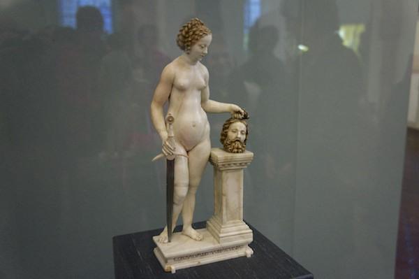 Judith mit dem Haupt des Holofernes Alabasterfigur im Bayerischen Nationalmuseum