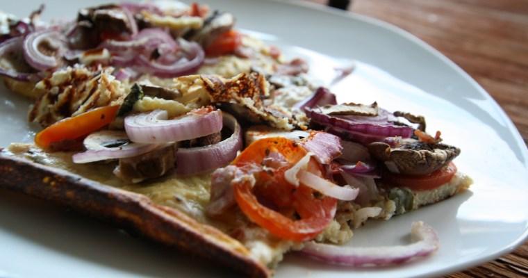 Zwiebel-Champignon-Schinken-Pizza mit Blumenkohlboden