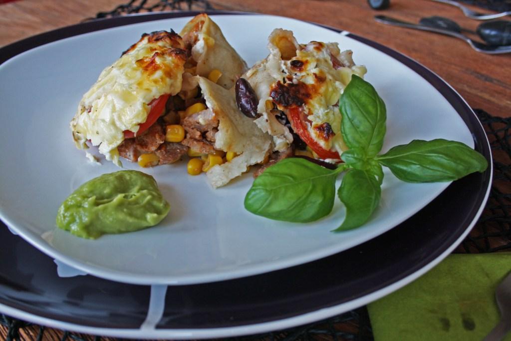 Mexikanischer Tortilla-Auflauf mit Schmandkruste und Guacamole extra frisch