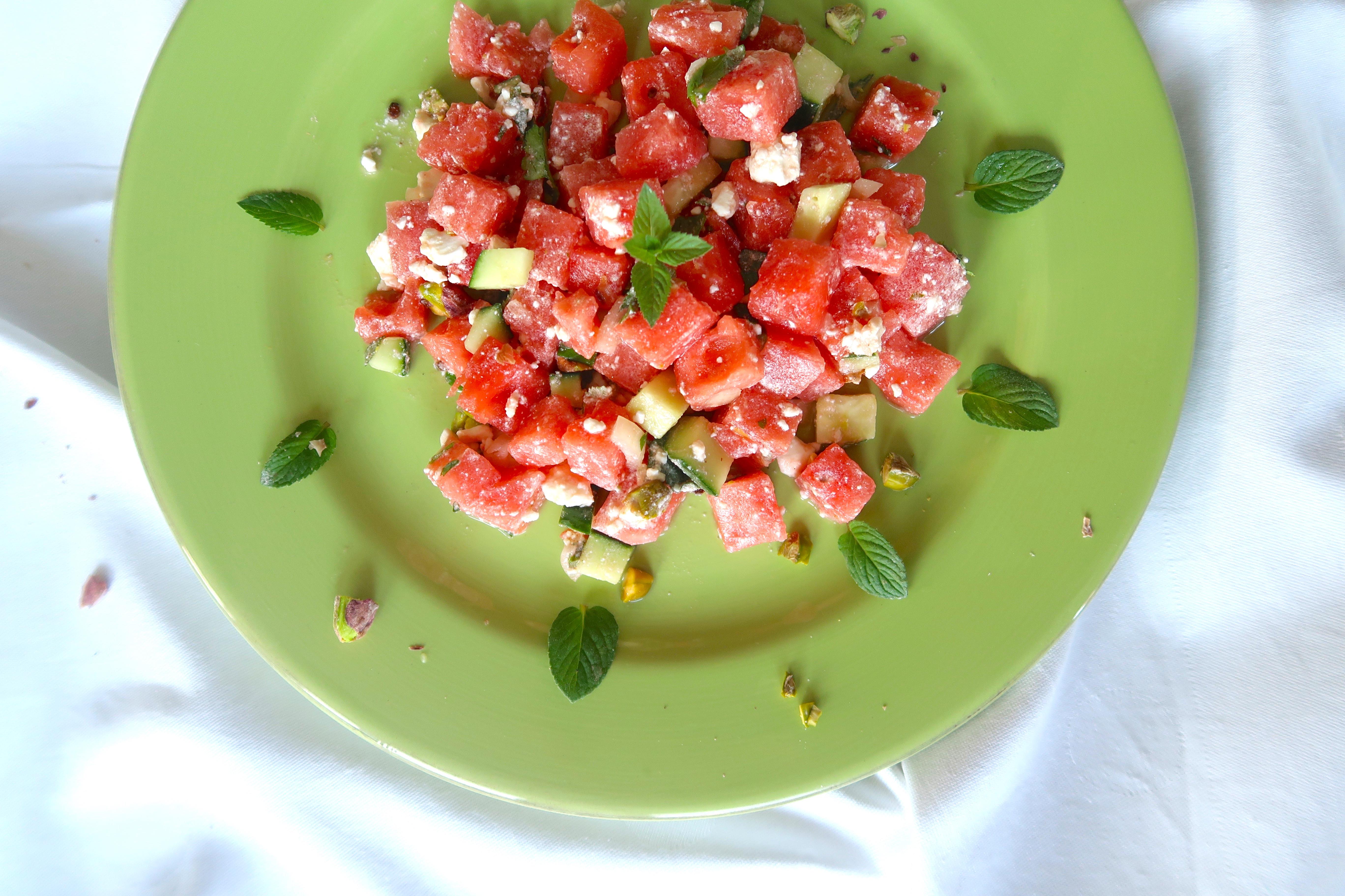 Gurken-Melonen-Salat mit Minze, Feta und Pistazien