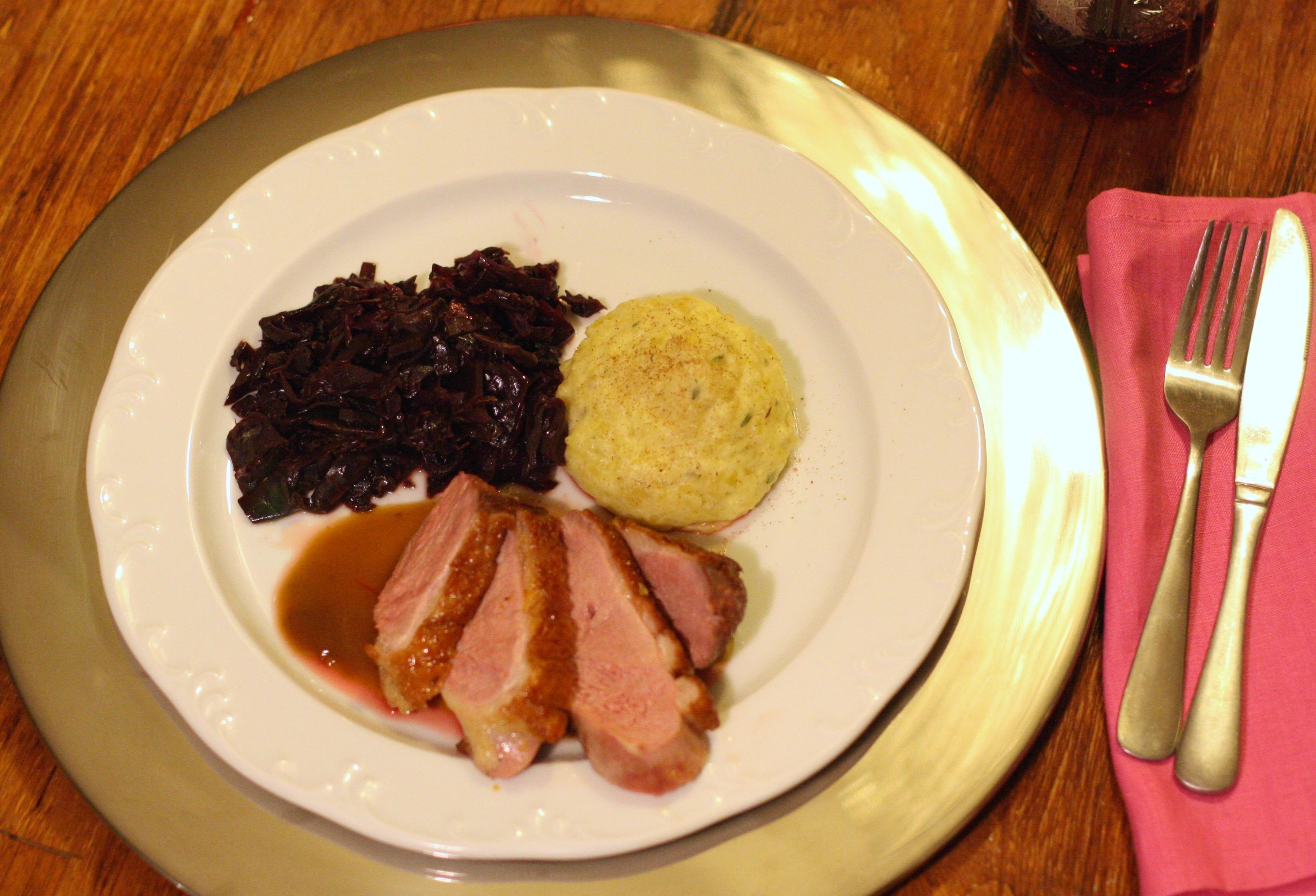 Ente mit Kartoffel-Thymian-Stampf und zimtigem Portwein-Rotkohl