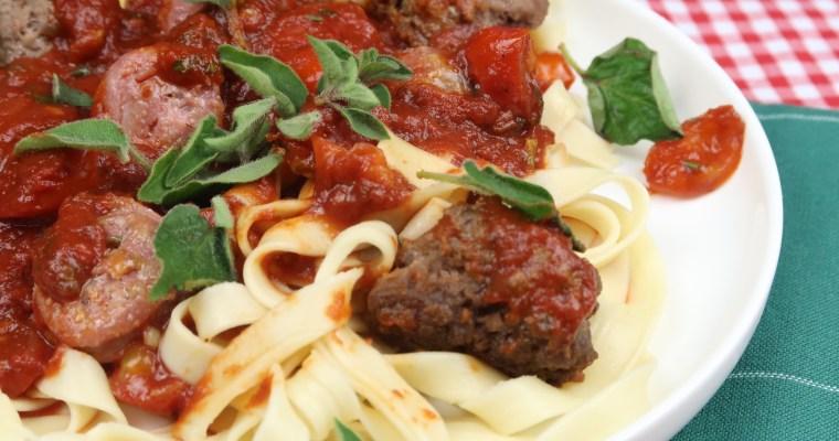 """Aus """"Der Pate"""": Bandnudeln mit Tomatensoße, Salsiccia und Hackbällchen"""