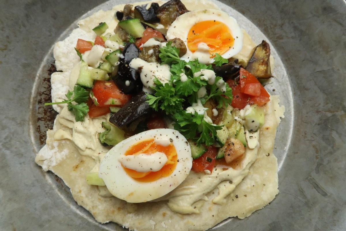 Streetfood aus Israel: Sabich - mit Aubergine, Hummus und Ei