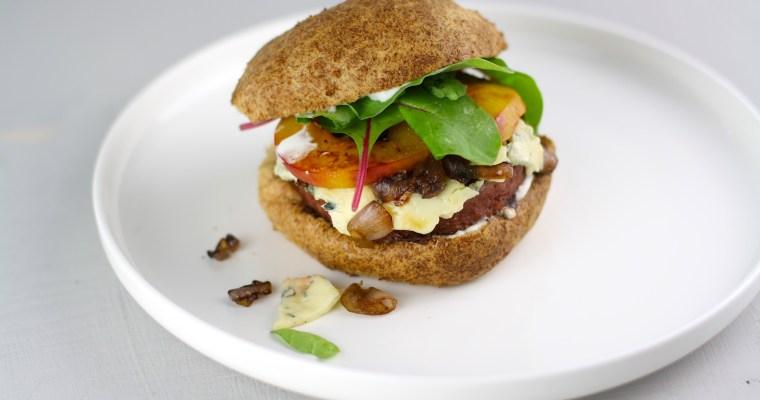 Beyond Meat-Burger mit gebratener Nektarine, Blauschimmelkäse und Low-Carb-Buns