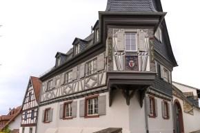 Molsberger Hof in Bodenheim (1613/1614), der 2007 Opfer eines Brandes und danach wieder hergerichtet wurde.