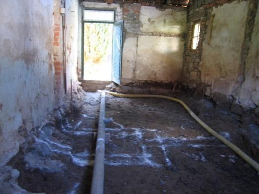 Mit Drainagerohr und Abwasserrohr und Kreidezeichnung der Wände