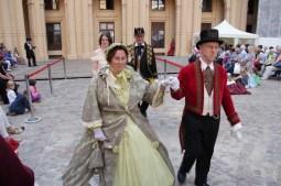 Paare im Stil der 1860er