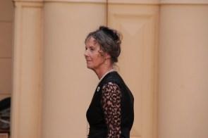 Elegante Dame in Schwarz