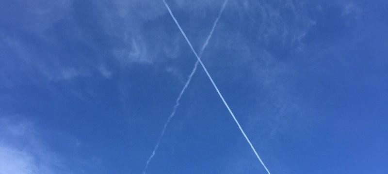 Kondenzstreifen formen ein X