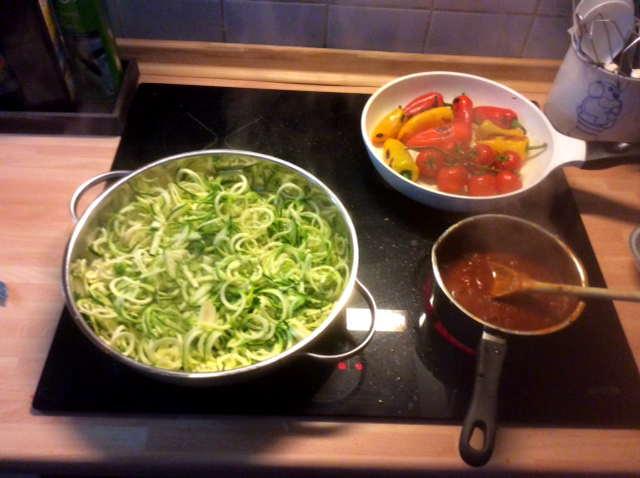 15.2.16 - Zucchinispaghetti,Reisnudeln,Tomatensoße,Bratgemüse (2)