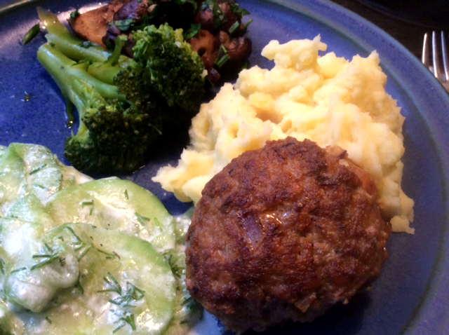 21.2.16 - Frikadellen,Kartoffelpü,Gurkensalat,Brokkoli,Dessert, (21)