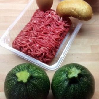 10.3.16 - gefüllte Zucchini,Tomatensoße,Reis,Salat (5)