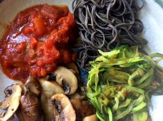 Black Beans Spaghetti,Zucchini Spaghetti,Champignons,Tomatensauce,Gurkensalat (16)